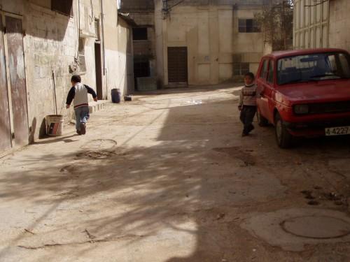 هذه صورة لاحد اللاطفال الين يلعبون امام منازلهم وبيوتهم في احد زقاق المخيم